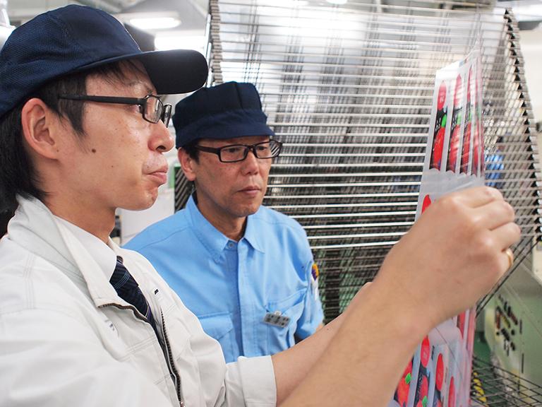 工場で刷り上りの状態をチェックする和山さん。