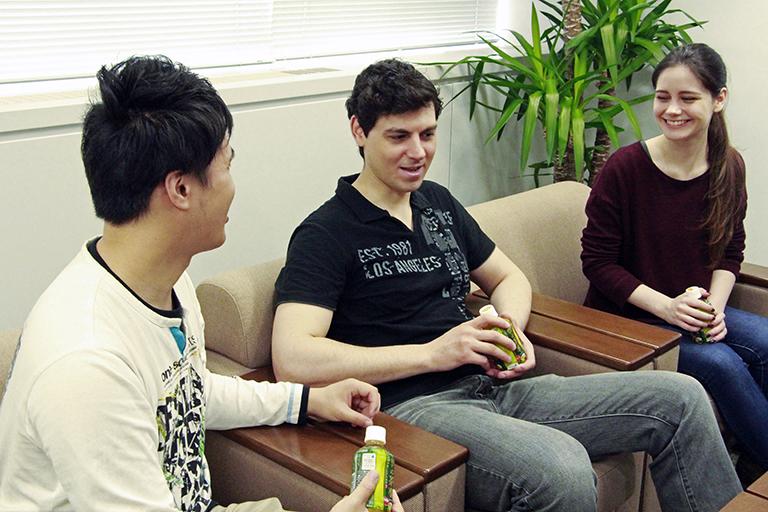 左からギョーウさん(中国出身)、グレゴリーさん(アメリカ出身)、ファニーさん(フランス出身) ※以下敬称略
