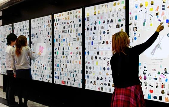 ▲開発メンバー「チームラボ」による直感的に商品・店舗が探せるデジタルフロアガイド「デジタルインフォメーションウォール」